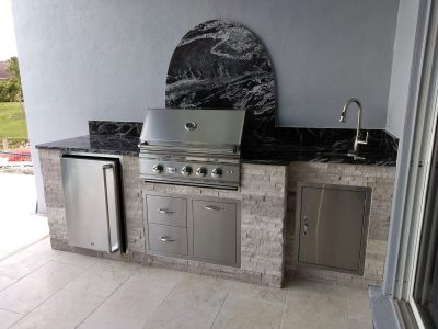 Fort Myers Outdoor Kitchen with Round Backsplash