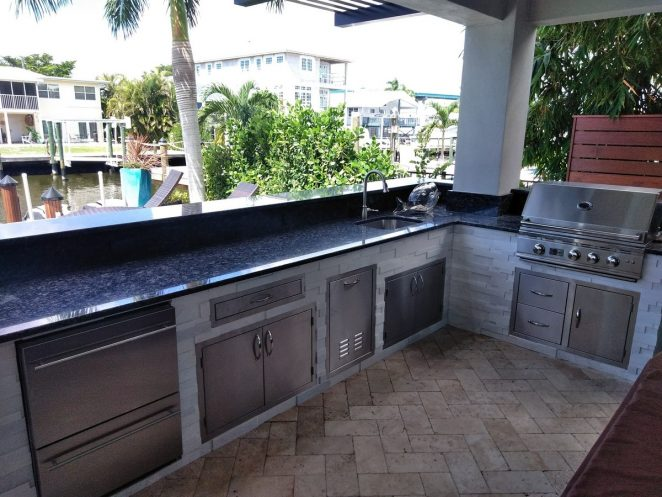 outdoor kitchen with appliances